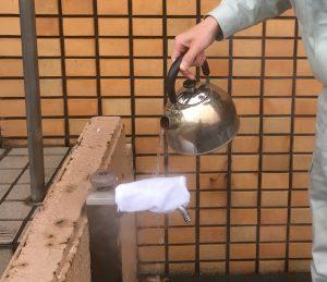 配管にタオルをかぶせ、その上からゆっくりとぬるま湯をかける